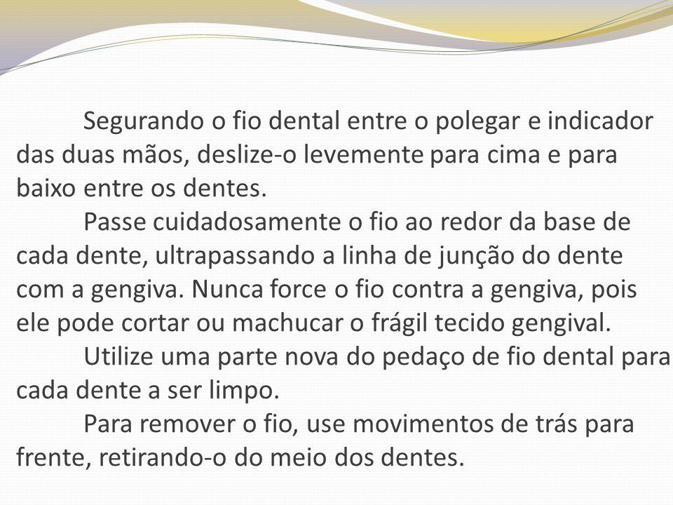 Segurando o fio dental entre o polegar e indicador das duas mãos, deslize-o levemente para cima e para baixo entre os dentes.
