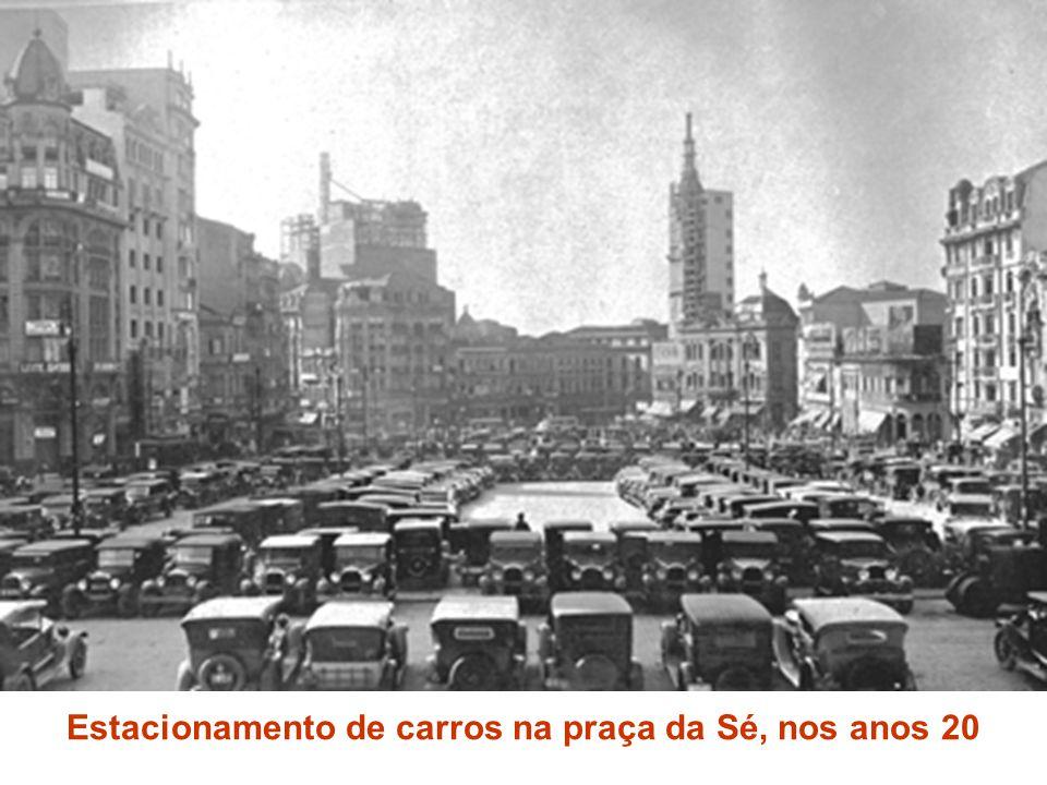 Estacionamento de carros na praça da Sé, nos anos 20