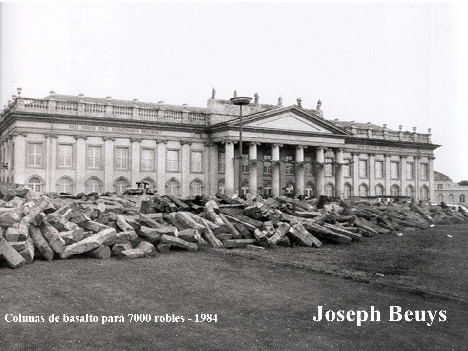 Joseph Beuys Colunas de basalto para 7000 robles - 1984
