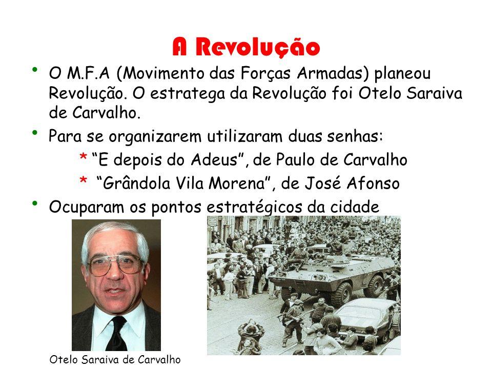 A Revolução O M.F.A (Movimento das Forças Armadas) planeou Revolução. O estratega da Revolução foi Otelo Saraiva de Carvalho.