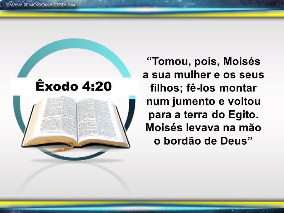 Tomou, pois, Moisés a sua mulher e os seus filhos; fê-los montar num jumento e voltou para a terra do Egito. Moisés levava na mão o bordão de Deus