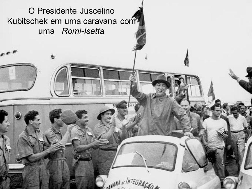O Presidente Juscelino Kubitschek em uma caravana com uma Romi-Isetta