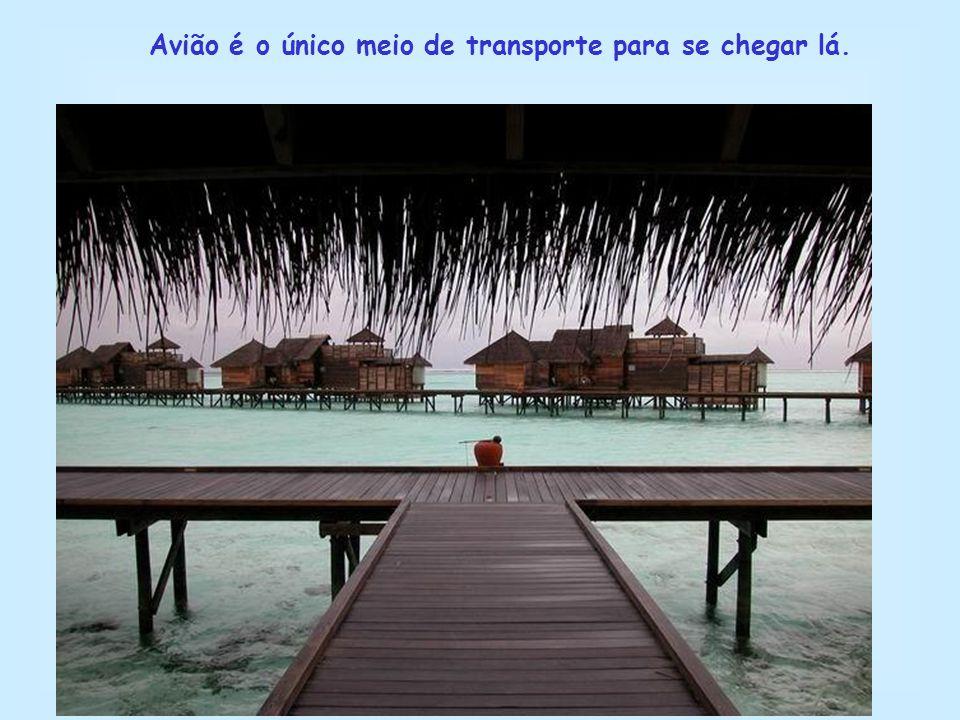 Avião é o único meio de transporte para se chegar lá.
