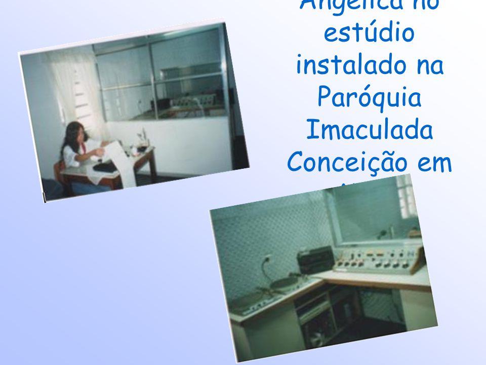 Angélica no estúdio instalado na Paróquia Imaculada Conceição em Mauá
