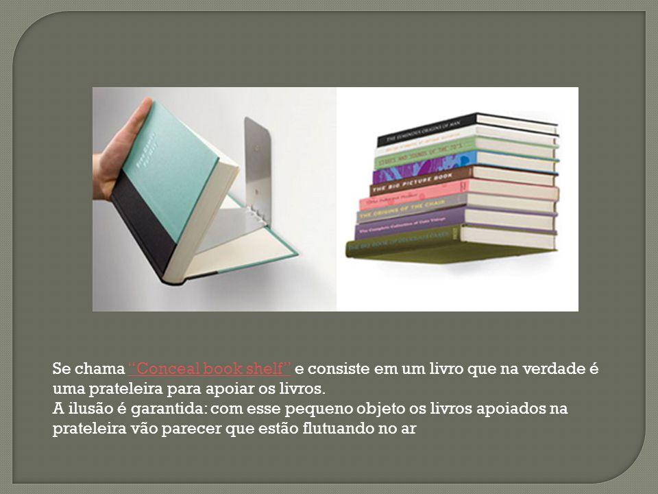 Se chama Conceal book shelf e consiste em um livro que na verdade é uma prateleira para apoiar os livros.