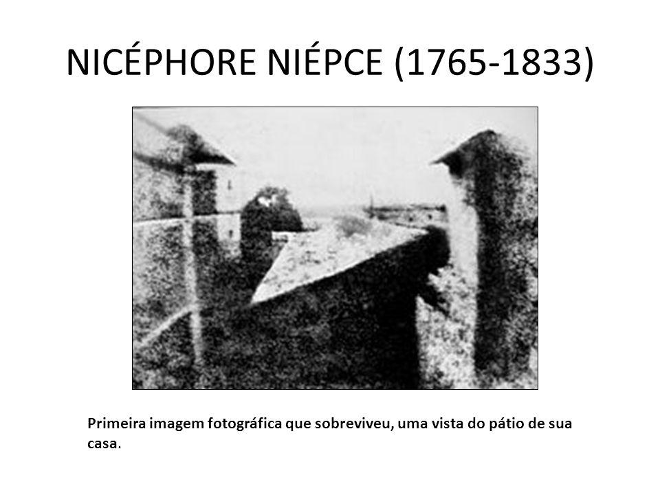 NICÉPHORE NIÉPCE (1765-1833) Primeira imagem fotográfica que sobreviveu, uma vista do pátio de sua casa.