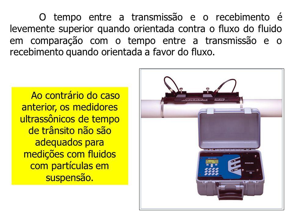 O tempo entre a transmissão e o recebimento é levemente superior quando orientada contra o fluxo do fluido em comparação com o tempo entre a transmissão e o recebimento quando orientada a favor do fluxo.