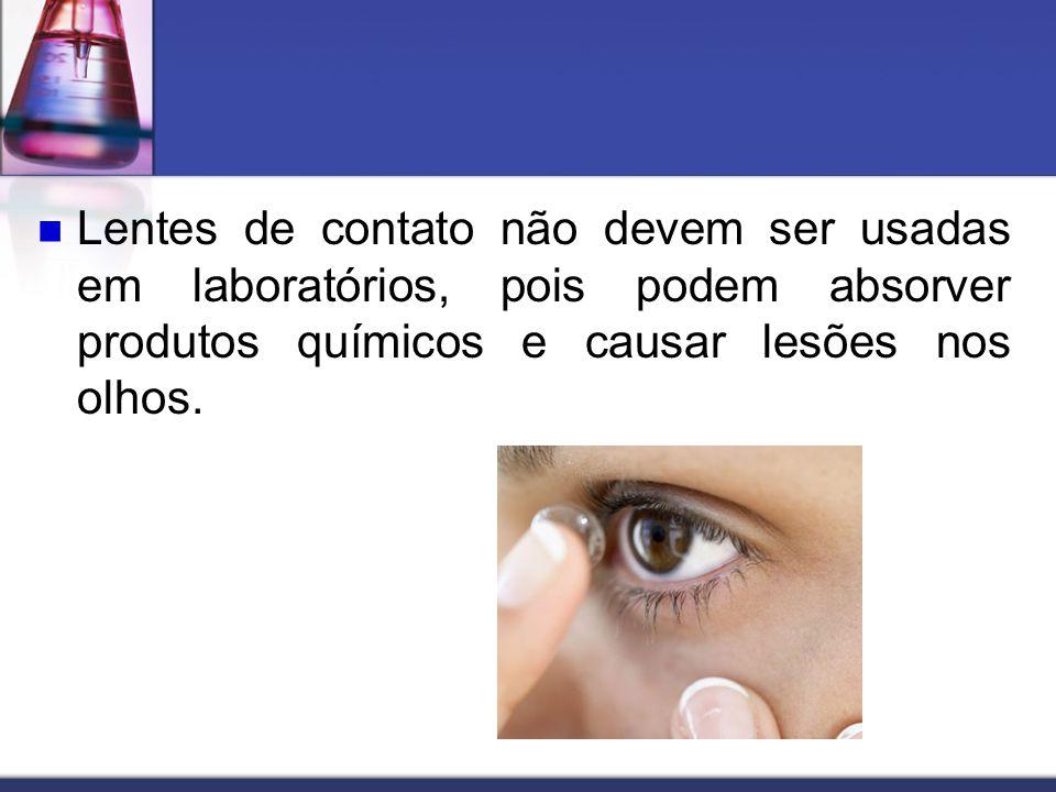Lentes de contato não devem ser usadas em laboratórios, pois podem absorver produtos químicos e causar lesões nos olhos.