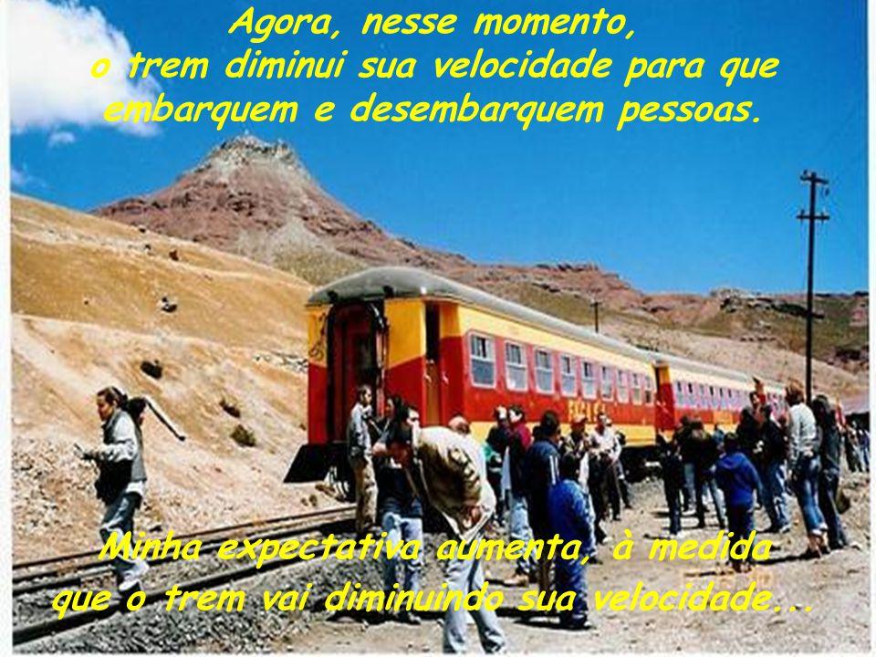 Agora, nesse momento, o trem diminui sua velocidade para que embarquem e desembarquem pessoas.