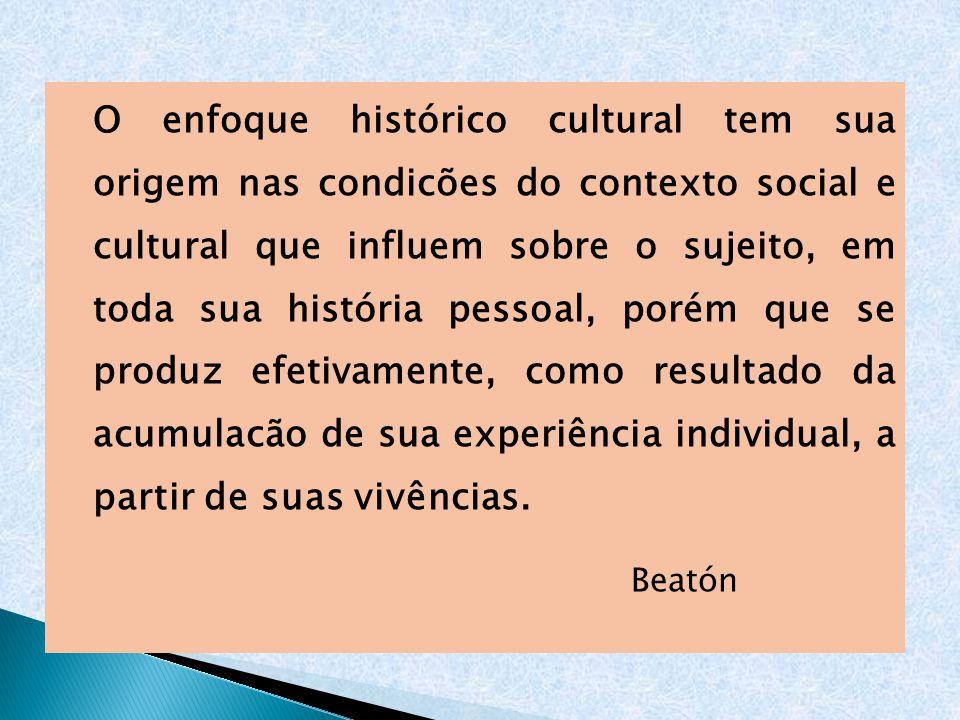 O enfoque histórico cultural tem sua origem nas condicões do contexto social e cultural que influem sobre o sujeito, em toda sua história pessoal, porém que se produz efetivamente, como resultado da acumulacão de sua experiência individual, a partir de suas vivências.