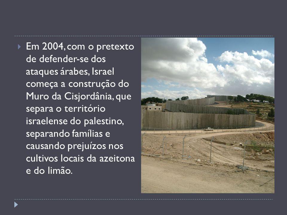 Em 2004, com o pretexto de defender-se dos ataques árabes, Israel começa a construção do Muro da Cisjordânia, que separa o território israelense do palestino, separando famílias e causando prejuízos nos cultivos locais da azeitona e do limão.