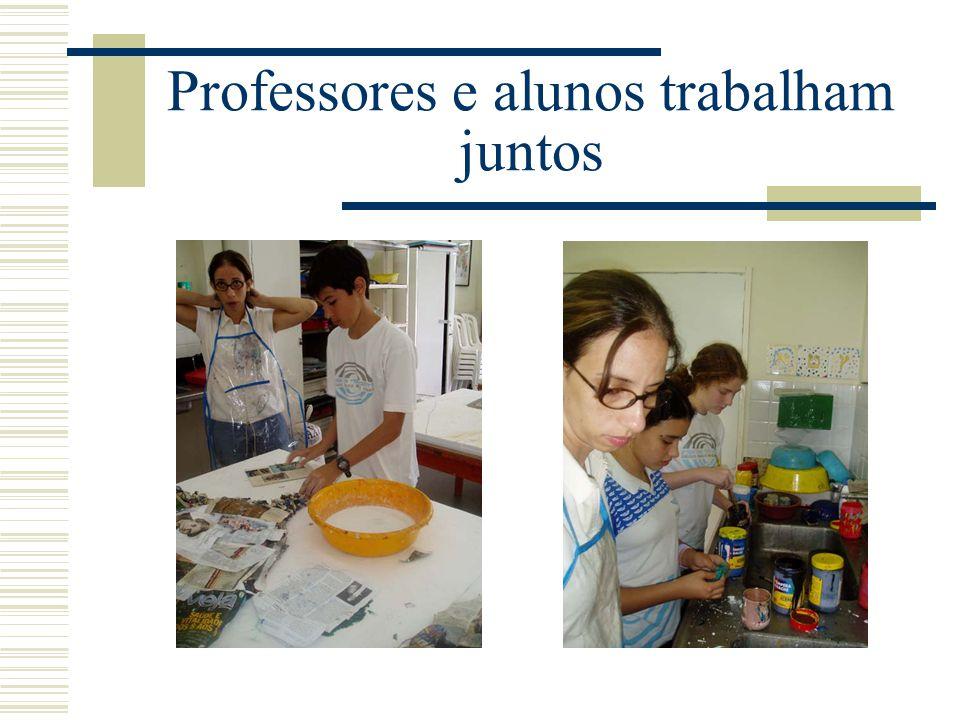 Professores e alunos trabalham juntos