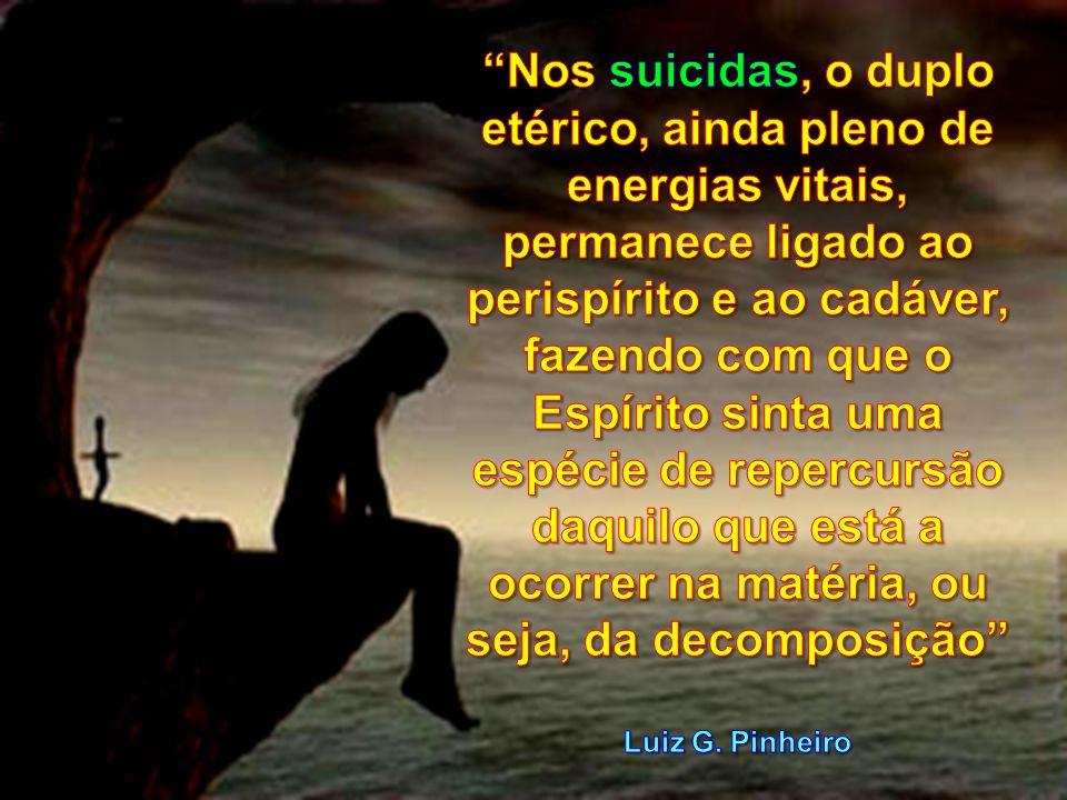 Nos suicidas, o duplo etérico, ainda pleno de energias vitais, permanece ligado ao perispírito e ao cadáver, fazendo com que o Espírito sinta uma espécie de repercursão daquilo que está a ocorrer na matéria, ou seja, da decomposição