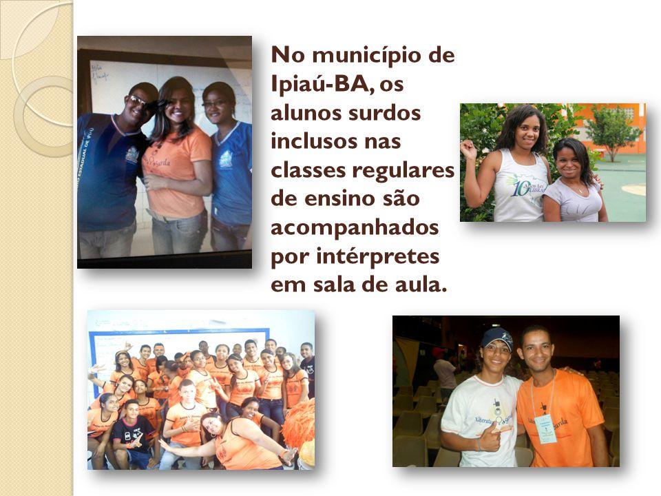 No município de Ipiaú-BA, os alunos surdos inclusos nas classes regulares de ensino são acompanhados por intérpretes em sala de aula.
