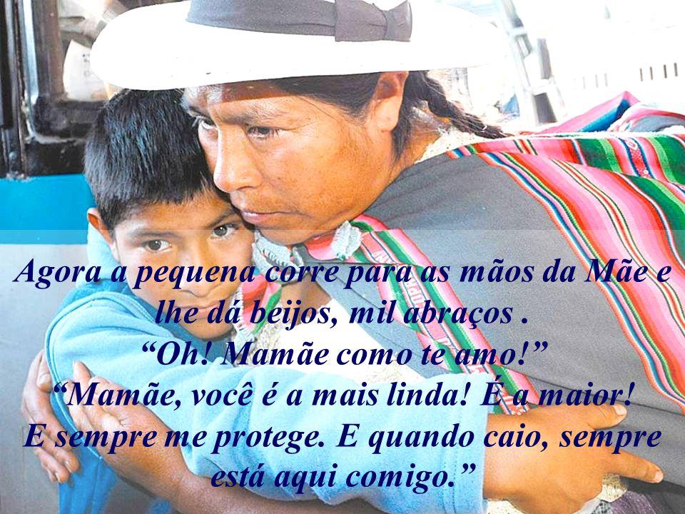 Agora a pequena corre para as mãos da Mãe e lhe dá beijos, mil abraços
