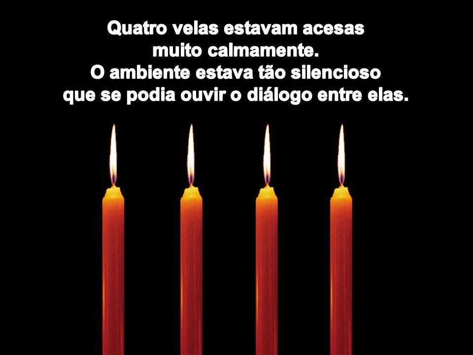 Quatro velas estavam acesas muito calmamente.