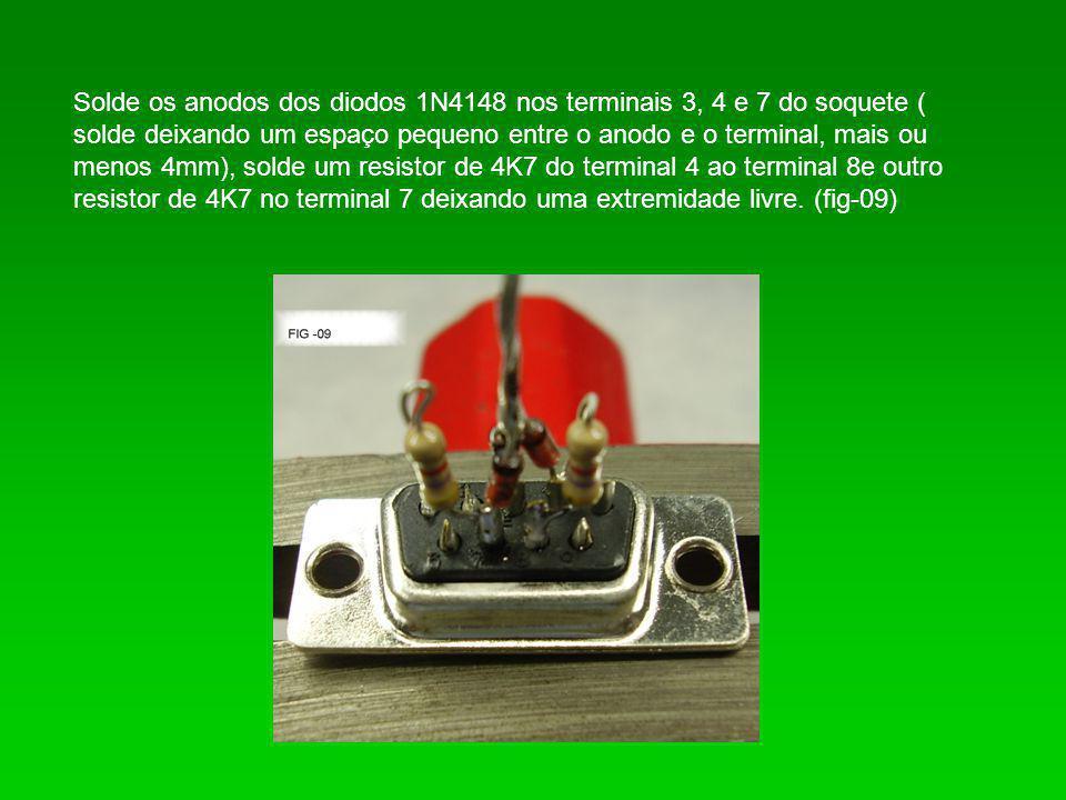 Solde os anodos dos diodos 1N4148 nos terminais 3, 4 e 7 do soquete ( solde deixando um espaço pequeno entre o anodo e o terminal, mais ou menos 4mm), solde um resistor de 4K7 do terminal 4 ao terminal 8e outro resistor de 4K7 no terminal 7 deixando uma extremidade livre.