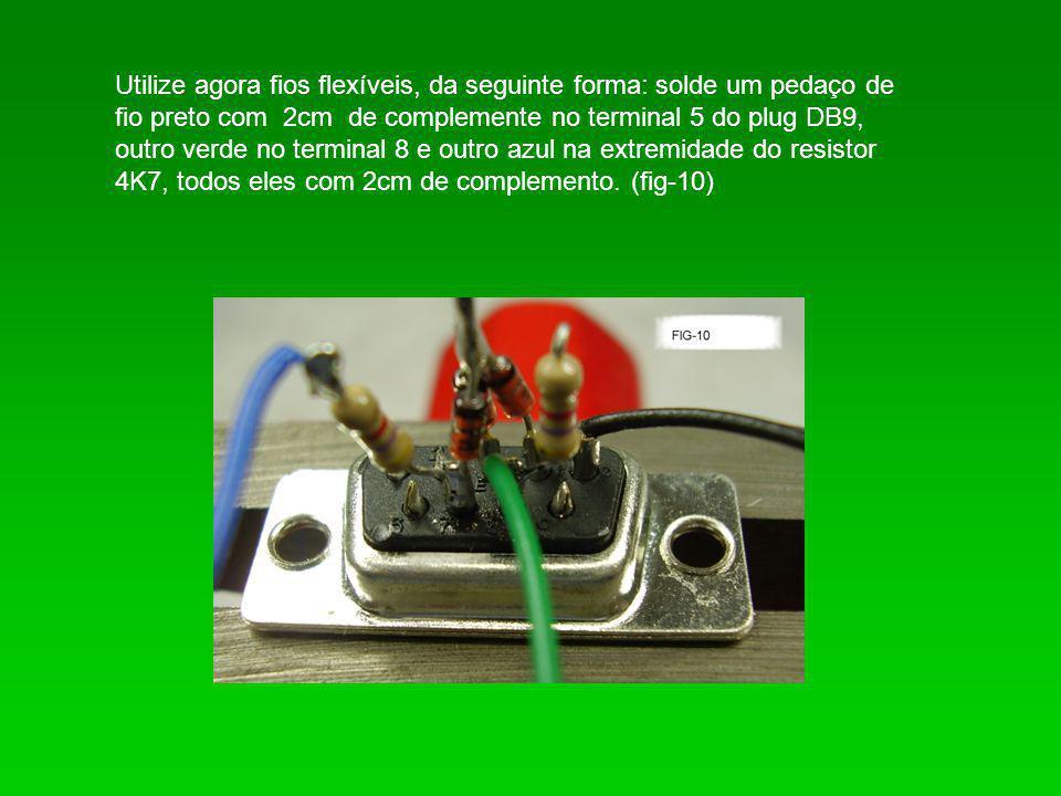 Utilize agora fios flexíveis, da seguinte forma: solde um pedaço de fio preto com 2cm de complemente no terminal 5 do plug DB9, outro verde no terminal 8 e outro azul na extremidade do resistor 4K7, todos eles com 2cm de complemento.