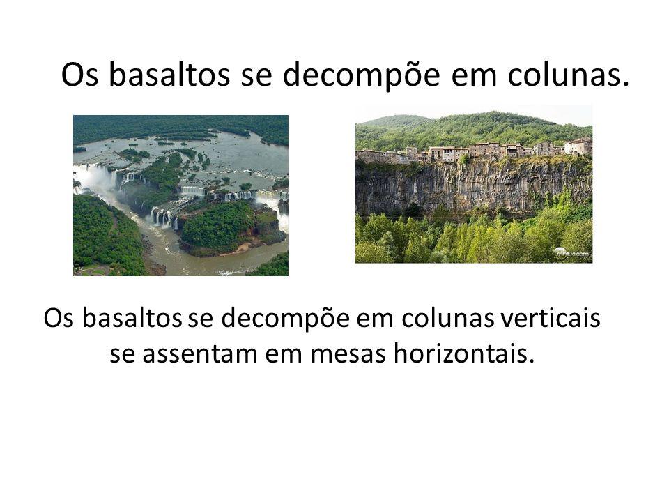 Os basaltos se decompõe em colunas.