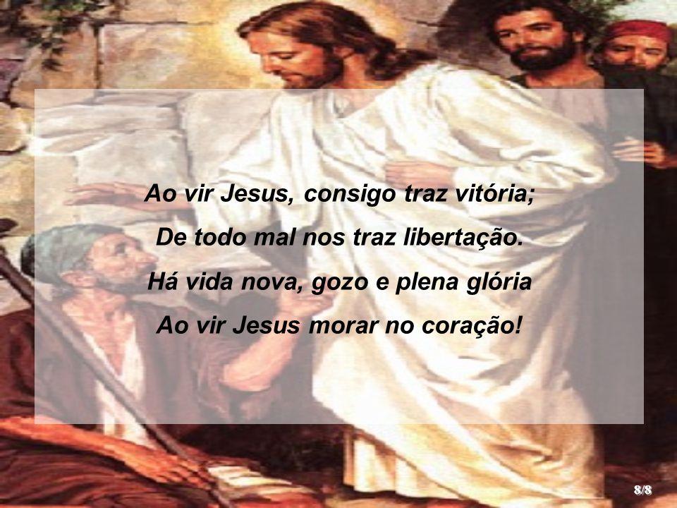 Ao vir Jesus, consigo traz vitória; De todo mal nos traz libertação.