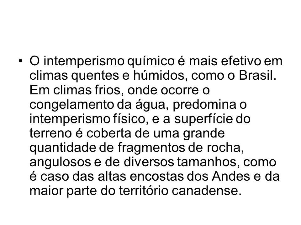 O intemperismo químico é mais efetivo em climas quentes e húmidos, como o Brasil.