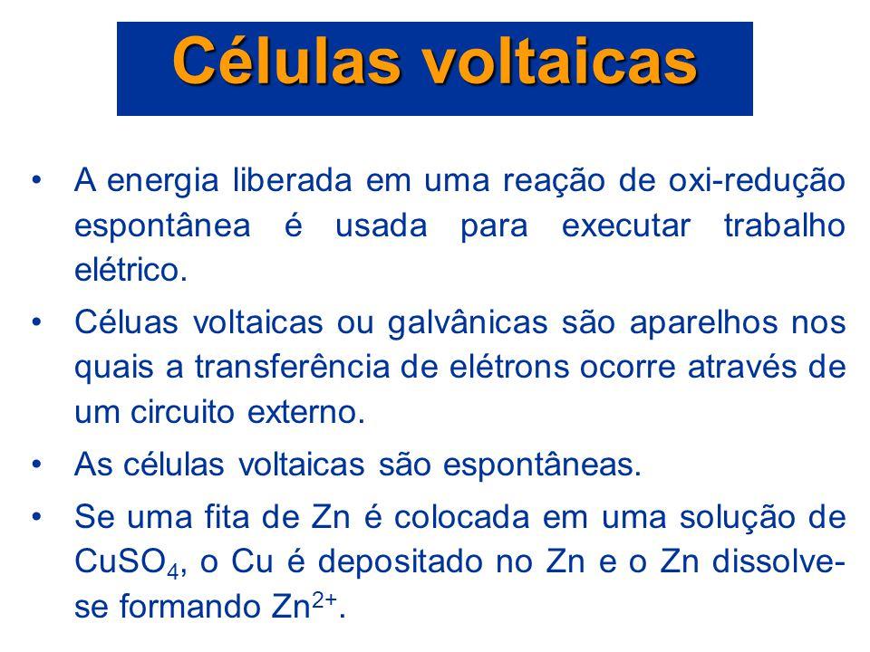 Células voltaicas A energia liberada em uma reação de oxi-redução espontânea é usada para executar trabalho elétrico.