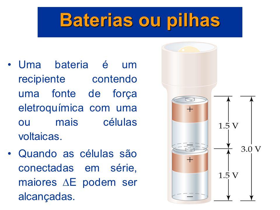 Baterias ou pilhas Uma bateria é um recipiente contendo uma fonte de força eletroquímica com uma ou mais células voltaicas.