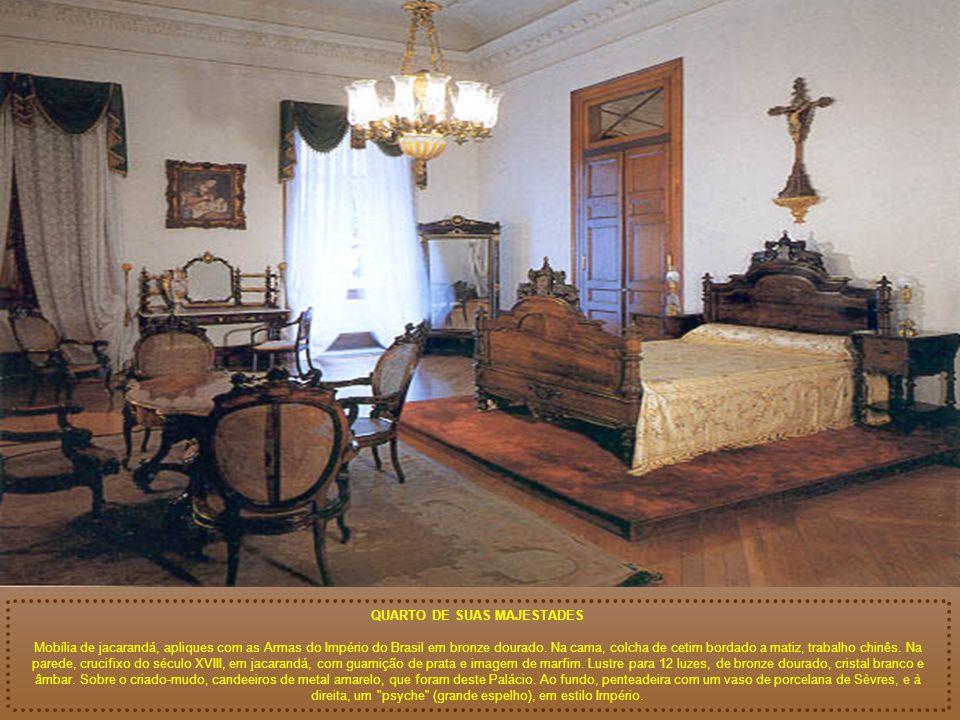 QUARTO DE SUAS MAJESTADES Mobília de jacarandá, apliques com as Armas do Império do Brasil em bronze dourado.