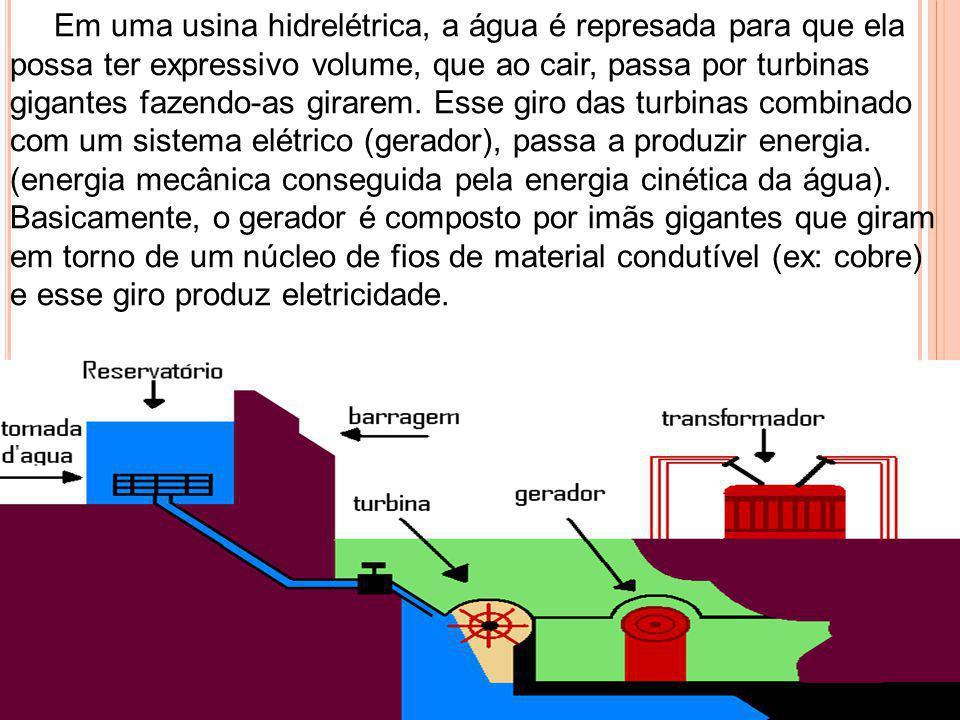 Em uma usina hidrelétrica, a água é represada para que ela possa ter expressivo volume, que ao cair, passa por turbinas gigantes fazendo-as girarem. Esse giro das turbinas combinado com um sistema elétrico (gerador), passa a produzir energia. (energia mecânica conseguida pela energia cinética da água).