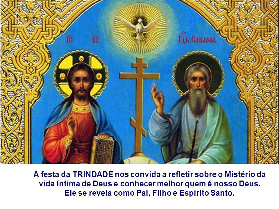 Ele se revela como Pai, Filho e Espírito Santo.