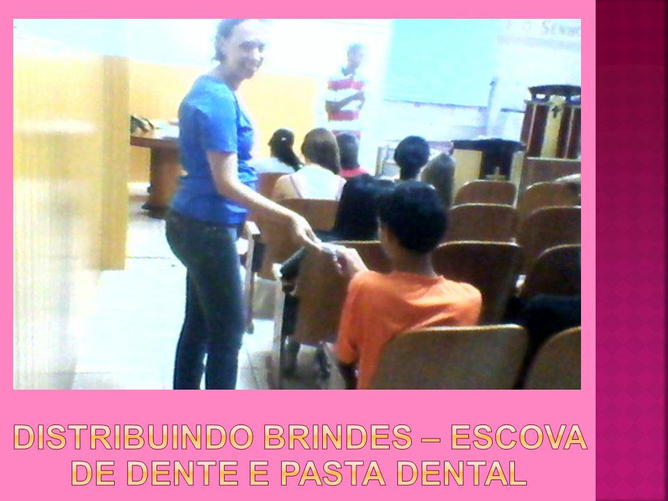 Distribuindo brindes – Escova de Dente e Pasta Dental