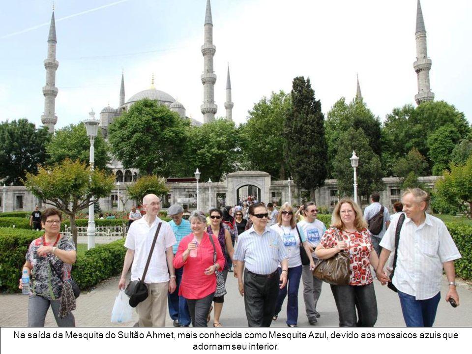Na saída da Mesquita do Sultão Ahmet, mais conhecida como Mesquita Azul, devido aos mosaicos azuis que adornam seu interior.