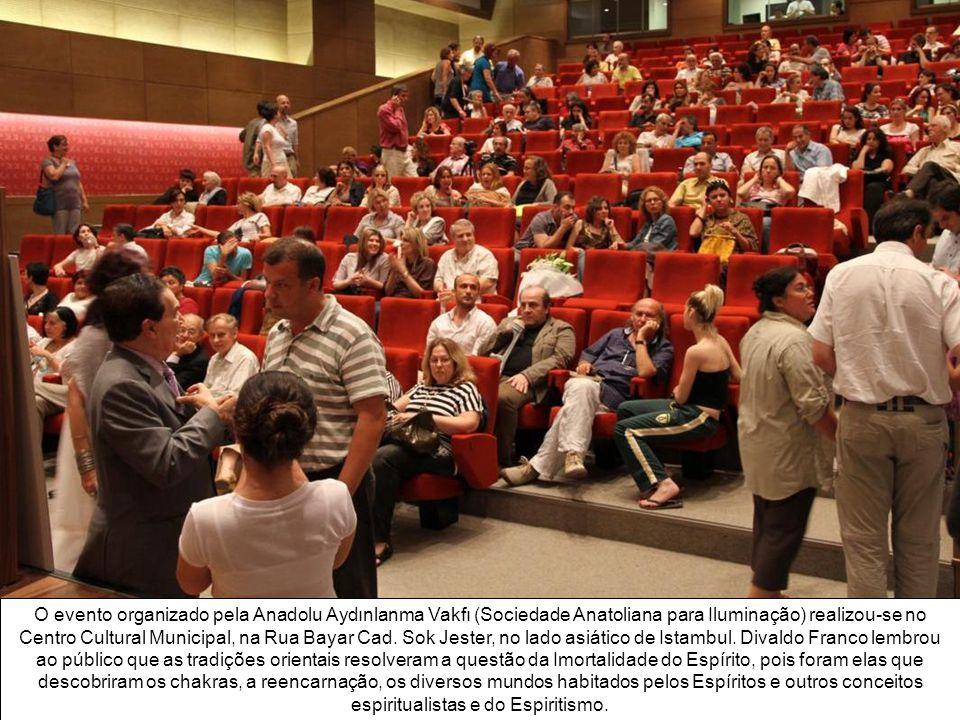 O evento organizado pela Anadolu Aydınlanma Vakfı (Sociedade Anatoliana para Iluminação) realizou-se no Centro Cultural Municipal, na Rua Bayar Cad.