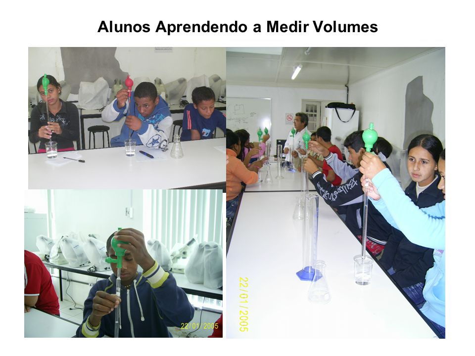 Alunos Aprendendo a Medir Volumes