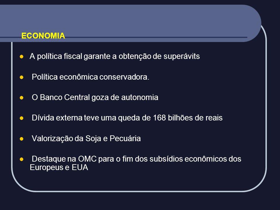 ECONOMIA A política fiscal garante a obtenção de superávits. Política econômica conservadora. O Banco Central goza de autonomia.