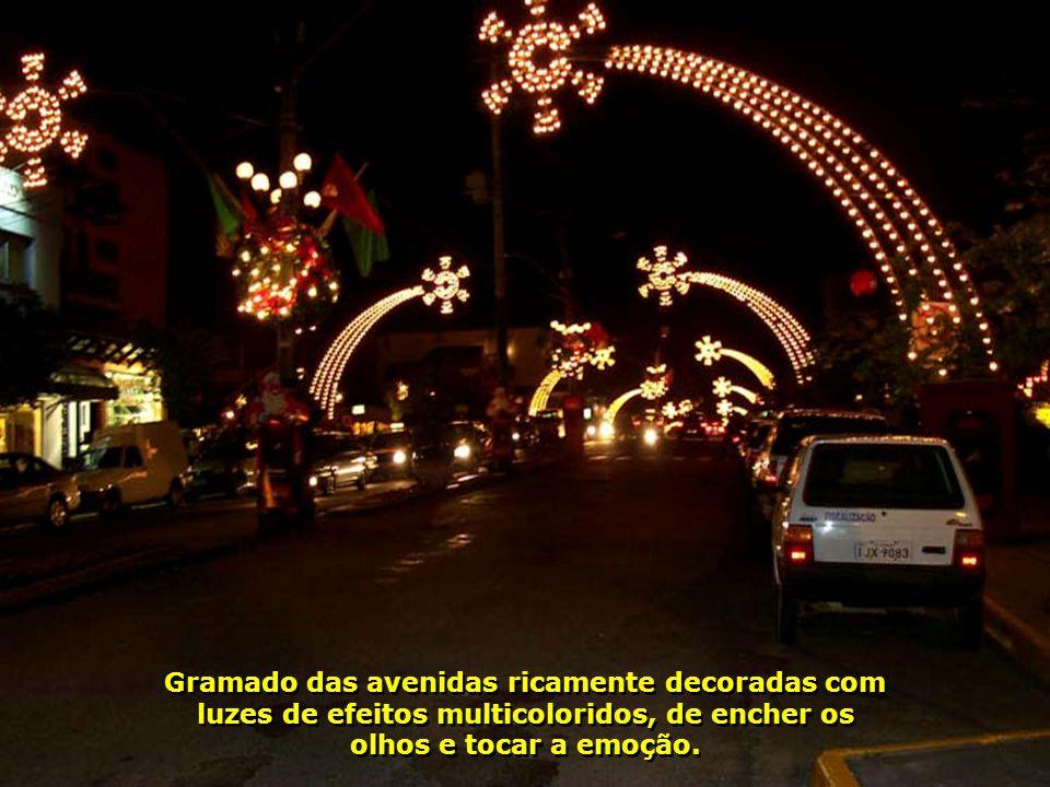 Gramado das avenidas ricamente decoradas com luzes de efeitos multicoloridos, de encher os olhos e tocar a emoção.