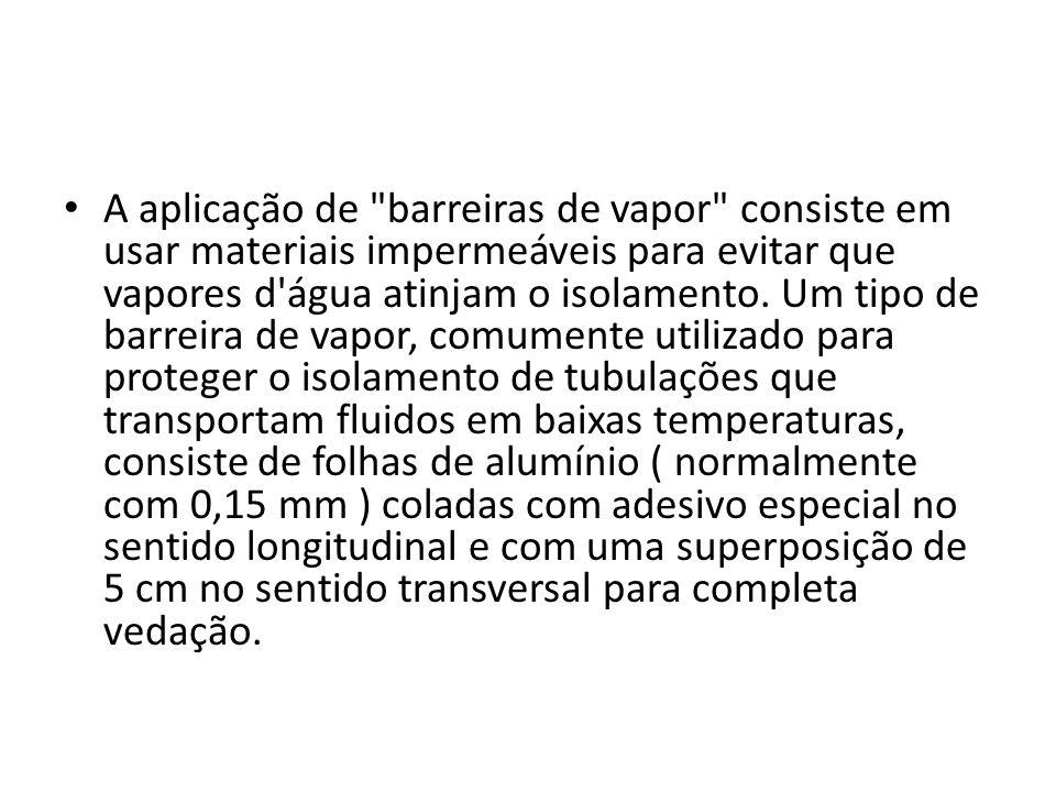 A aplicação de barreiras de vapor consiste em usar materiais impermeáveis para evitar que vapores d água atinjam o isolamento.