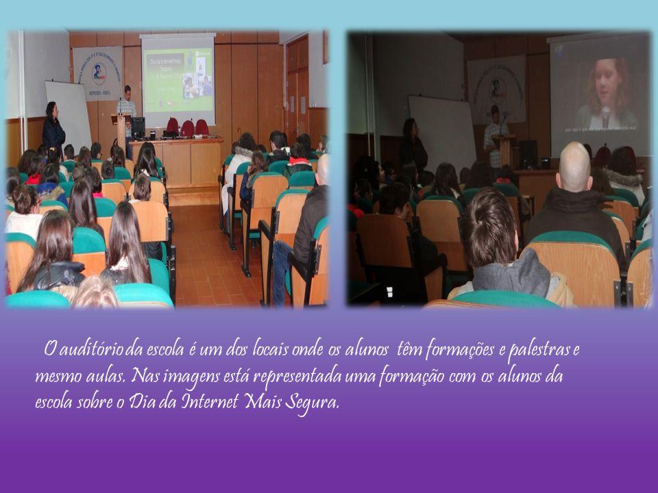 O auditório da escola é um dos locais onde os alunos têm formações e palestras e mesmo aulas.