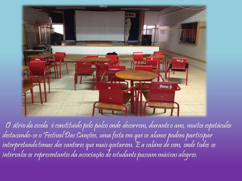 O átrio da escola é constituído pelo palco onde decorrem, durante o ano, muitos espetáculos destacando-se o Festival Das Canções, uma festa em que os alunos podem participar interpretando temas dos cantores que mais gostarem.