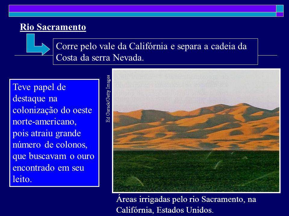 Rio Sacramento Corre pelo vale da Califórnia e separa a cadeia da Costa da serra Nevada.