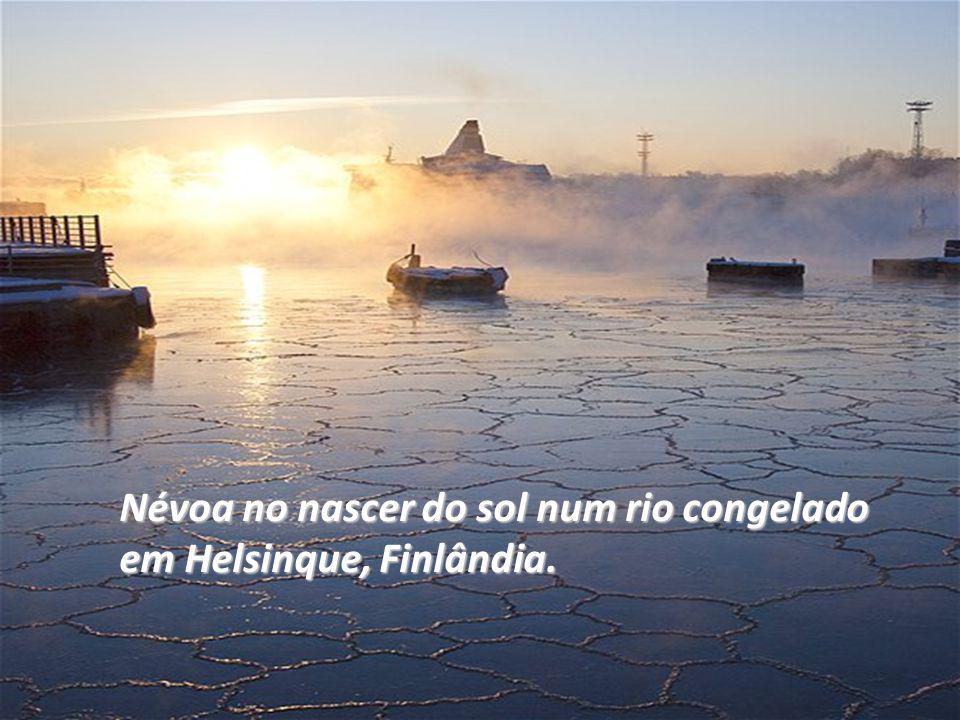 Névoa no nascer do sol num rio congelado em Helsinque, Finlândia.