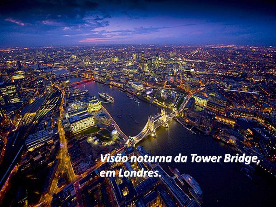Visão noturna da Tower Bridge, em Londres.