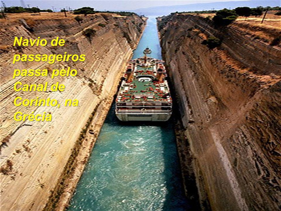 Navio de passageiros passa pelo Canal de Corinto, na Grécia