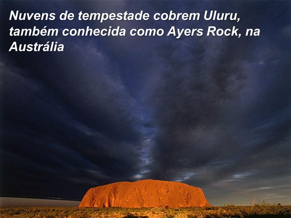 Nuvens de tempestade cobrem Uluru, também conhecida como Ayers Rock, na Austrália