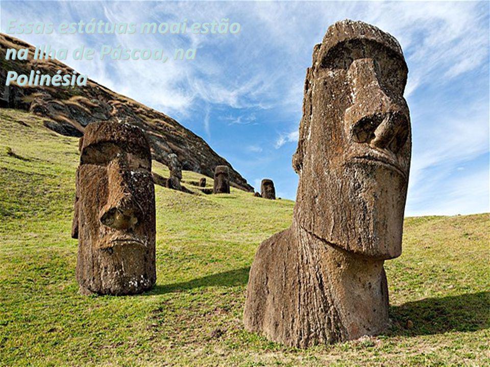 Essas estátuas moai estão na Ilha de Páscoa, na Polinésia