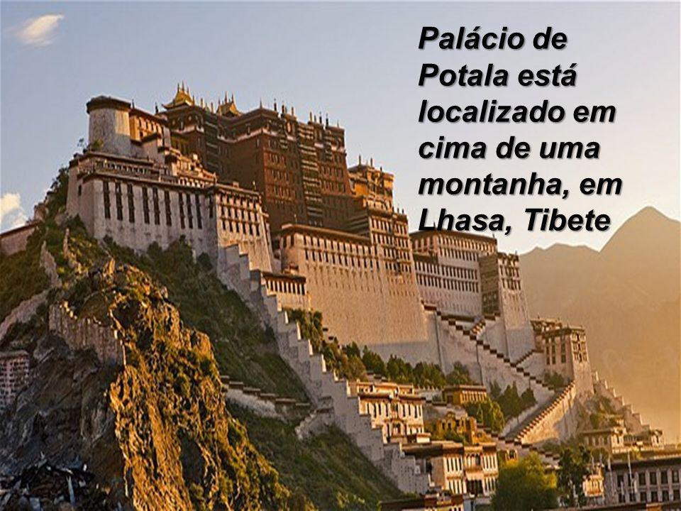 Palácio de Potala está localizado em cima de uma montanha, em Lhasa, Tibete