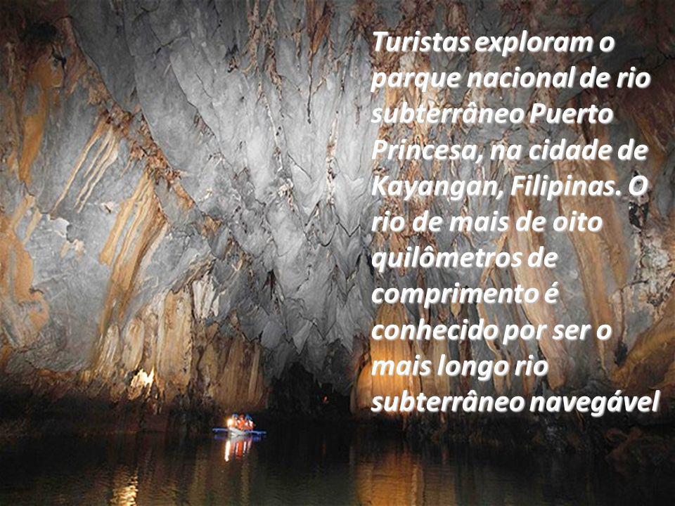 Turistas exploram o parque nacional de rio subterrâneo Puerto Princesa, na cidade de Kayangan, Filipinas.