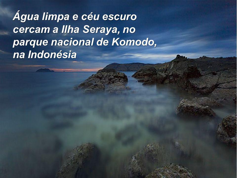 Água limpa e céu escuro cercam a Ilha Seraya, no parque nacional de Komodo, na Indonésia