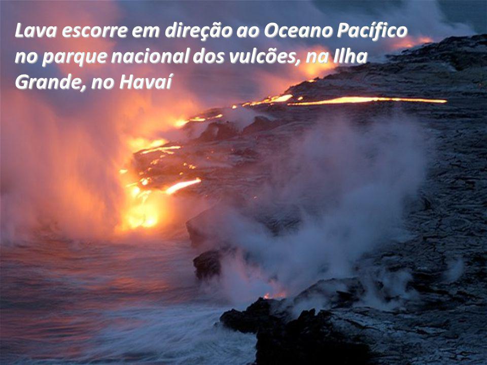 Lava escorre em direção ao Oceano Pacífico no parque nacional dos vulcões, na Ilha Grande, no Havaí