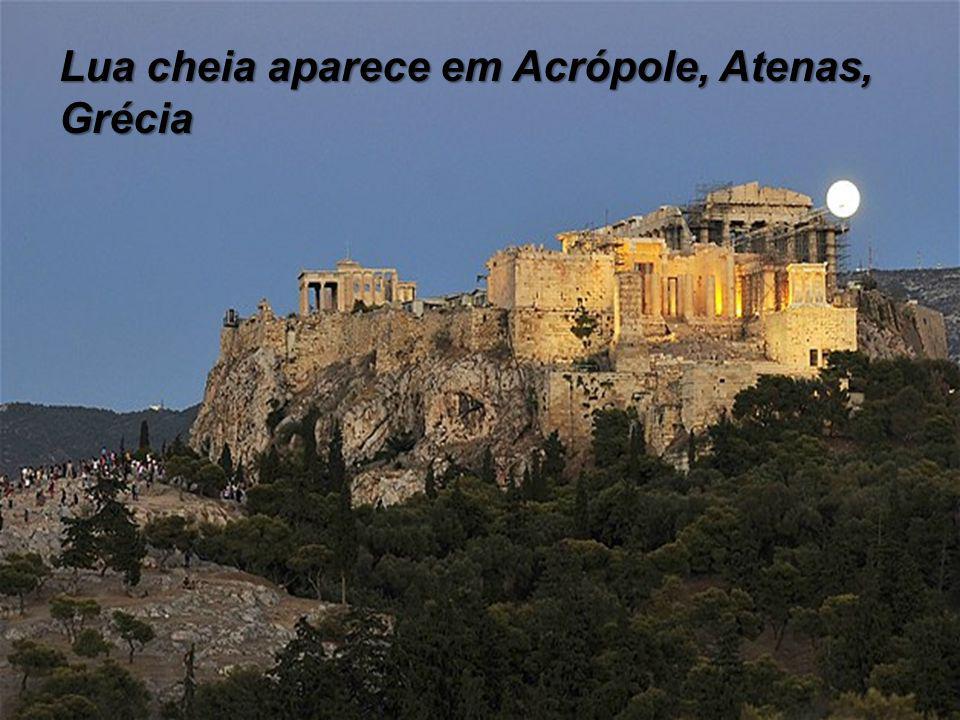 Lua cheia aparece em Acrópole, Atenas, Grécia